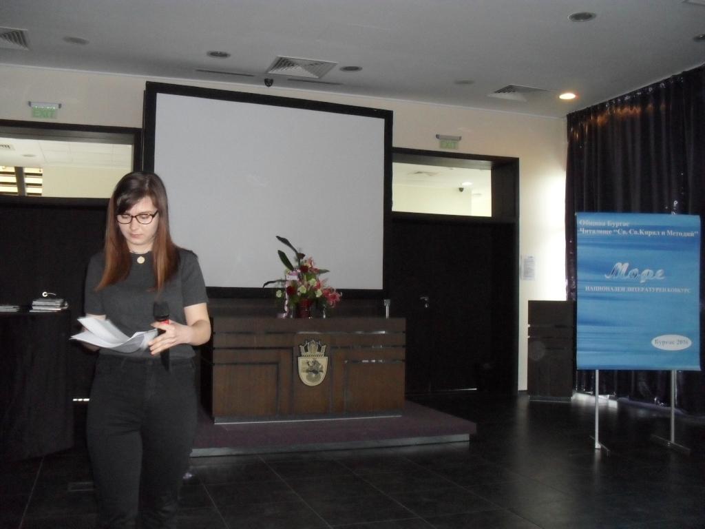 Снимка: Екатерина Андреева - 16 г. от София, чете свои стихове, посветени на морето
